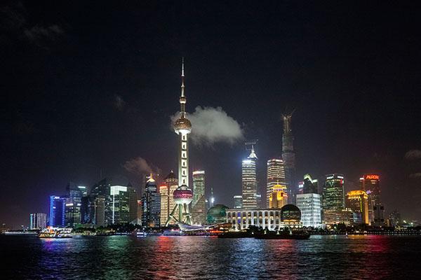 Distrito financiero de Pudong visto desde el Bund, uno de los símbolos de Shangai.